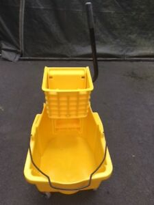 Rubbermaid Brute Industrial Mop Bucket With Wringer Used Once