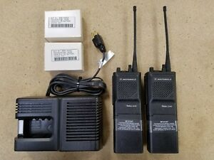 New Motorola Two 2 way P200 Radio Kit 6 ch 4w Uhf 438 470 Mhz H44rfu7160bn