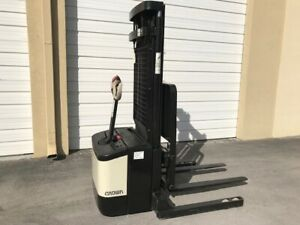 2005 Crown Walkie Stacker Ws2300 W 24 Volt Industrial Battery And Charger