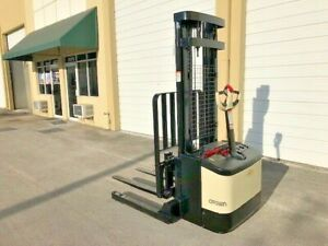 2004 Crown Walkie Stacker Ws2300 W 24 Volt Industrial Battery And Charger