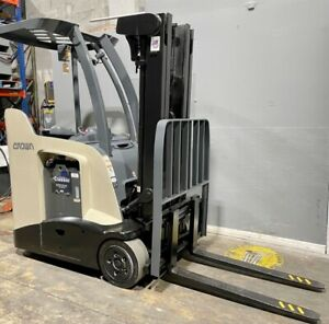 2011 Rc5530 30 Crown Stand Up Electric Forklift 3 000 Lb Cap With 84 190 H