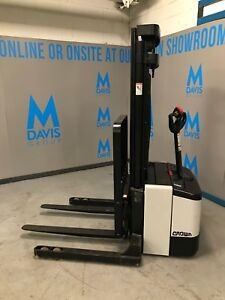Crown Ws 2300 Walkie Straddle Stacker Walk Behind Forklift Pallet Lift