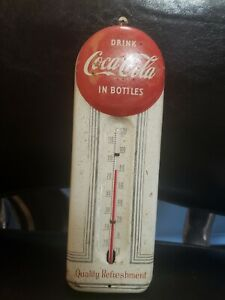DRINK COCA-COLA IN BOTTLES BUTTON CAP ADVERTISING THERMOMETER SIGN GAS STATION