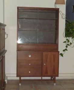 Distinctive Furniture By Stanley Mid Century China Hutch Display Cabinet