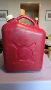 Vintage Igloo Jerry Jug 5 Gallon Plastic Gas Can Vented