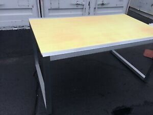 Contemporary Merchandiser Jeans Display Table Retail Display 60 W