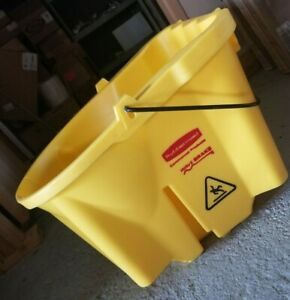 Rubbermaid Commercial Products 35 Qt Wavebrake Mop Bucket new Open Box