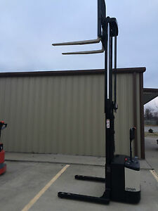 Crown Ws 2000 Walkie Straddle Stracker Walk Behind Forklift Pallet Lift