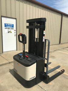 Crown Ws 2000 Walkie Stacker Straddle 160 4000 Capacity Walk Behind Forklift