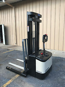 2002 Crown Ws 2000 Walkie Straddle Stacker Walk Behind Forklift