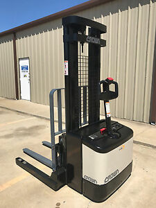 2005 Crown Ws 2000 Walkie Straddle Stacker Walk Behind Forklift Pallet Lift