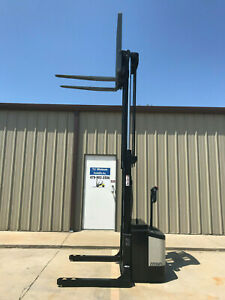 Crown Ws 2000 Walkie Straddle Stacker Walk Behind Forklift Pallet Lift