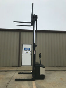 Crown Ws 2000 Walkie Straddle Stracker Walk Behind Forklift Only 5323 Hours