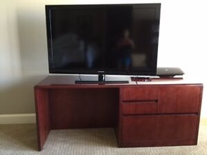 Complete Mahogany Executive Office Desk W credenza Bookshelf 2 Captain Chairs