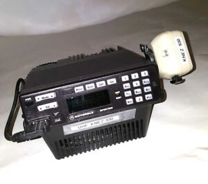 One Motorola Spectra Uhf Radio With Microphone Base Tray And Speaker