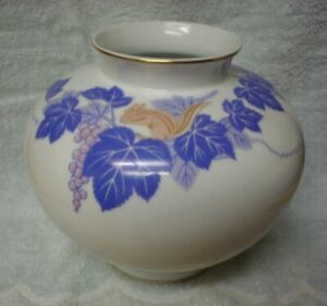 Beautiful Fukagawa Vase W Squirrel In Berries Leaves