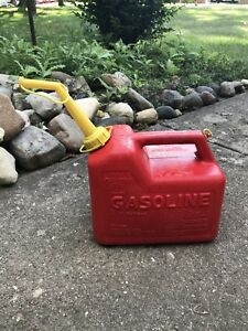 Vintage Chilton P 25 Red Plastic 2 1 2 Gal Vented Gas Can Old Style Spout Euc