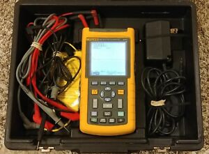 Fluke 123 Industrial Scopemeter 20 Mhz W fluke Leads Case Charger