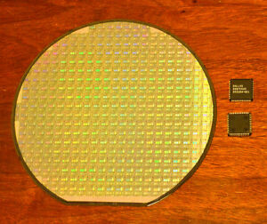 6 Inch Silicon Wafer Collectors Set Ds87c520 Cpu Wafer And Ds87c520 Cpu Chip