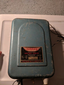 Vtg Parmak 6 Volt Solar Charger Electric Fencer Fence Charger Stocker Model A s