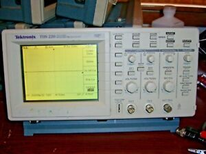 Tektronix Tds220 Digital Oscilloscope With Tds2mm fft Module tested