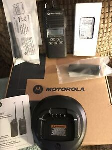 New Motorola Cp185 435 480mhz 4w 16 Channel Two Way Radio W Charger