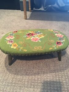 Gorgeous Pretty Foot Stool Needlepoint Victorian Petite