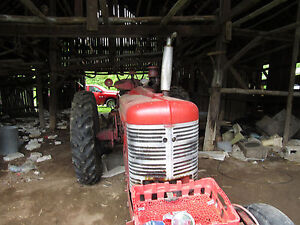1958 Tractor h Farmall runs and Tralier telt Mowers