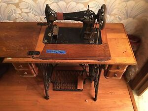 Antique 1910 Singer Sewing Machine W Treadle Cabinet