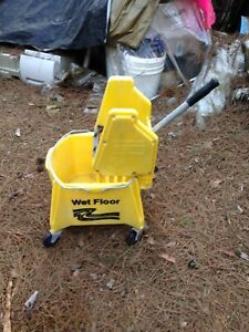 1 Rubbermaid Yellow Brute Mop Bucket With Wringer