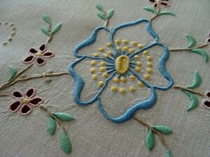 Gorgeous Vtg Madeira Linen Tablecloth 42 Color Hand Embroidered Tea Topper