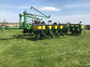 John Deere 7200 16 Row Vaccum Planter With No till