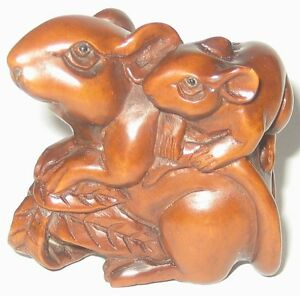 Lovely Boxwood Netsuke Mouse Carrying Baby