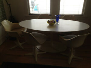 Vintage Saarinen Reproduction Table And 5 Chairs Made In The 1950s