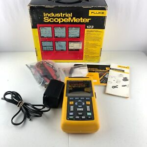 Fluke 123 Industrial Scopemeter Hand held Oscilloscope W leads Box