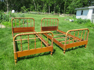 Pair Antique Vtg Jenny Lind Spindle Beds Beautiful Twin Size Solid Maple