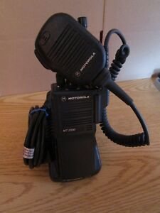 Motorola Mt2000 Uhf Radio Charger And Microphone H01rdd9pw1bn 403 470 Mhz