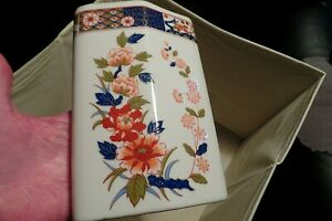 Vintage Japanese Old Imari Porcelain Vase Beautiful Flowers Gold Trim