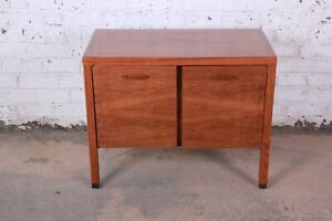 Directional Mid Century Modern Walnut Small Credenza Or Record Cabinet