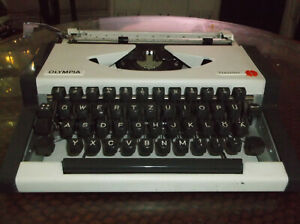 Olympia 1970s Traveler Manual Portable Typewriter With Carrying Case