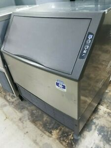 Uy0310a Cubed Ice Machine With Storage Bin Built In Used