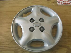 One Genuine 2000 2001 Nissan Altima 15 Inch Bolt On Hubcap Wheel Cover