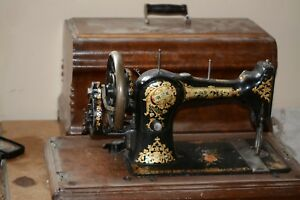 Vintage Universal Cs Hand Crank Sewing Machine W Wooden Case And Handle
