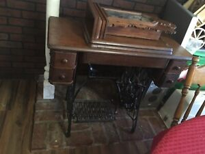 1900 S Vintage Singer Treadle Sewing Table With Sewing Machine
