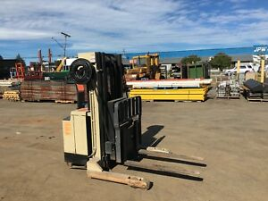 Crown Walkie Reach 2000lb Walk Behind Reach Forklift 152 Lift hd Works Great