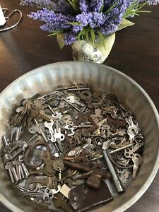 Over 300 Vintage Assorted Keys 6 Pounds Old Flat Rusty Skeleton Steampunk Wow