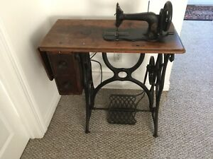 Singer Vintage Antique Sewing Machine In Table Cabinet