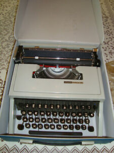 Serviced Olivetti Lettera 31 Manual Portable Typewriter W case great Condition