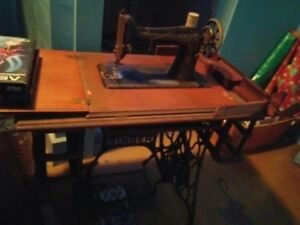 1910 Singer Sewing Machine With Table
