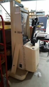 Crown Electric Pallet Lift 2000lbs Capacity Used Very Lightly